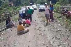 Ibu-ibu di Nagakeo Duduk di Tengah Jalan, Adang Aparat dan Petugas Menuju Lokasi Pembangunan Waduk Lambo