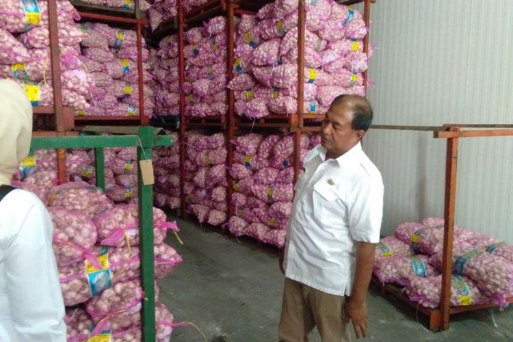 Kepala Disperindag Jabar M Arifin Soedjayana saat melakukan inspeksi mendadak di sebuah perusahaan importir bawang putih di Karawang Timur, Rabu (12/2/2020).