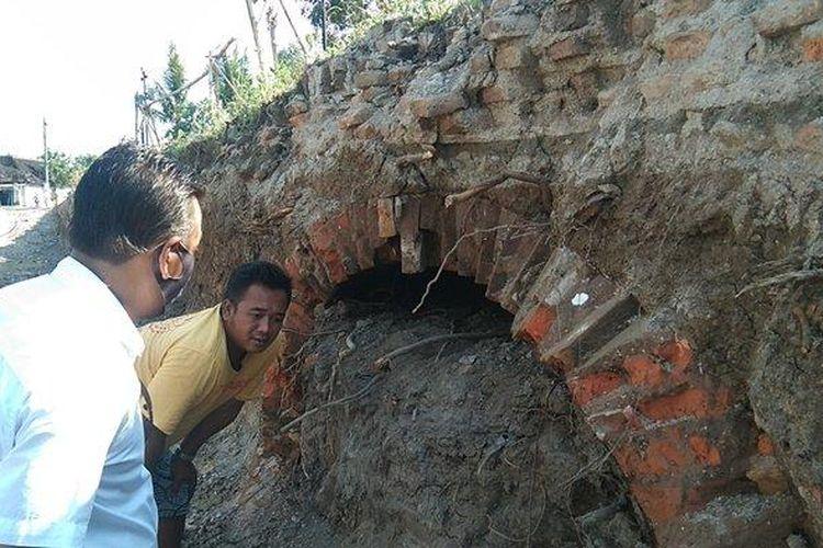 Sejumlah warga saat melihat penemuaan struktur terowongan di Dukuh Samber, Desa Sabranglor, Kecamatan Trucuk, Kabupaten Klaten, Rabu (1/9/2021).