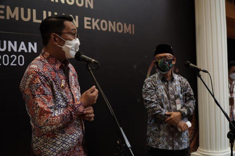 Gubernur Jawa Barat Ridwan Kamil bersama Kepala Perwakilan Bank Indonesia (BI) Jabar, Herawanto dalam Pertemuan Tahunan Bank Indonesia (PTBI) Jabar di Bandung, Kamis (3/12/2020).