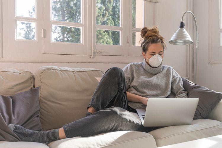 Ilustrasi memakai masker mencegah infeksi virus corona, penularan Covid-19.