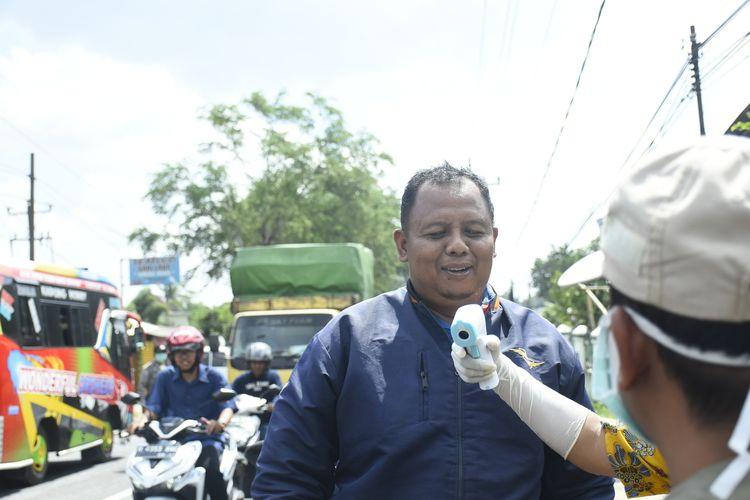 Pemeriksaan di batas kota Semarang- Kendal. KOMPAS.COM/SLAMET PRIYATIN