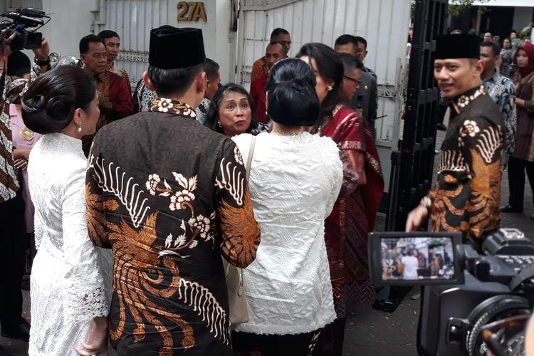 Agus Harimurti Yudhoyono dan Edhie Baskoro Yudhoyono berkunjung ke kediaman Ketua Umum PDI Perjuangan Megawati Soekarnoputri di Jalan Teuku Umar, Menteng, Jakarta Pusat, pada hari pertama perayaan Idul Fitri, Rabu (5/6/2019). Keduanya didampingi istri masing-masing, Anissa dan Alya.