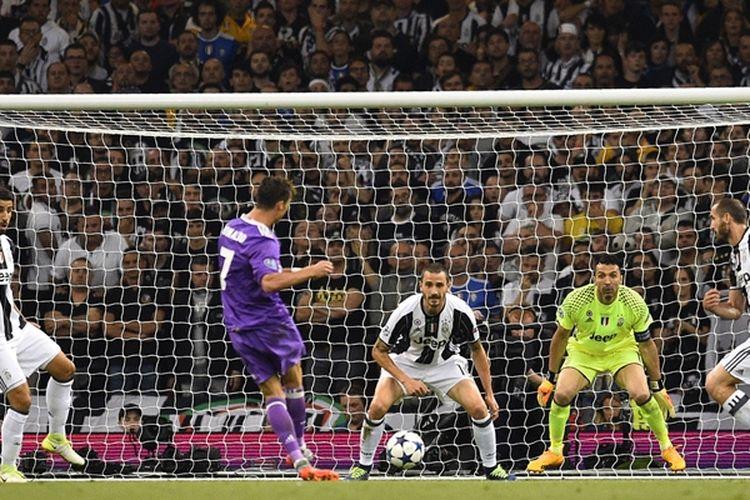 Penyerang Real Madrid, Cristiano Ronaldo (2 dari kiri), melepaskan tembakan ke gawang Juventus yang menghasilkan gol dalam pertandingan final Liga Champions di Stadion Millennium, Cardiff, Sabtu (3/6/2017).