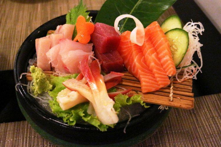 Sashimi moriawase di restoran Keyaki, Saripan Pacific Hotel Jakarta.