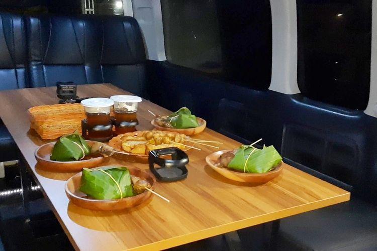 Suasana didalam mobil yang sudah dimodifikasi lengkap dengan menu angkringan. Tamu akan diajak berkeliling Yogyakarta sambil menikmati menu angkringan.