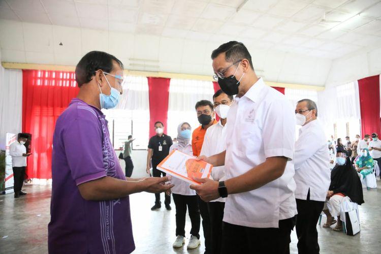 Mensos Juliari saat menyalurkan Bantuan Sosial Tunai (BST) di Balai Pertemuan Kelurahan Perdagangan, Kecamatan Bandar, Kabupaten Simalungun, Rabu (12/11/2020).