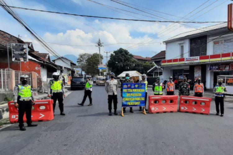 Anggota Satlantas Polres Garut melakukan penyekatan di ruas jalan raya Cipanas, Tarogong Kaler untuk membatasi aktivitas masyarakat ke tempat wisata Cipanas, Rabu (30/06/2021)