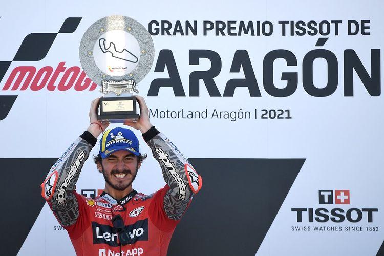 Pebalap Ducati asal Italia Francesco Bagnaia melakukan selebrasi di podium seusai menjuarai MotoGP Aragon di Sirkuit Motorland di Alcaniz pada 12 September 2021.