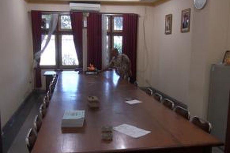 Ruangan Komisi A DPRD Bangkalan sepi tanpa kehadiran anggota, setelah informasi penangkapan Kasmo atau Aldi Alfaridi (AA).