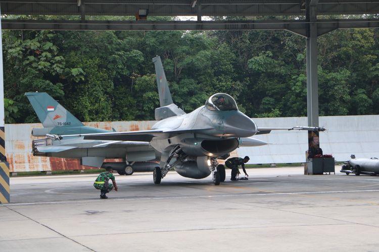 Pesawat tempur F-16 milik TNI Angkatan Udara berada di Lanud Roesmin Nurjadin, Pekanbaru, Riau, dalam rangka menjalani latihan bersama dengan United State Pacific Air Force (USPACAF).