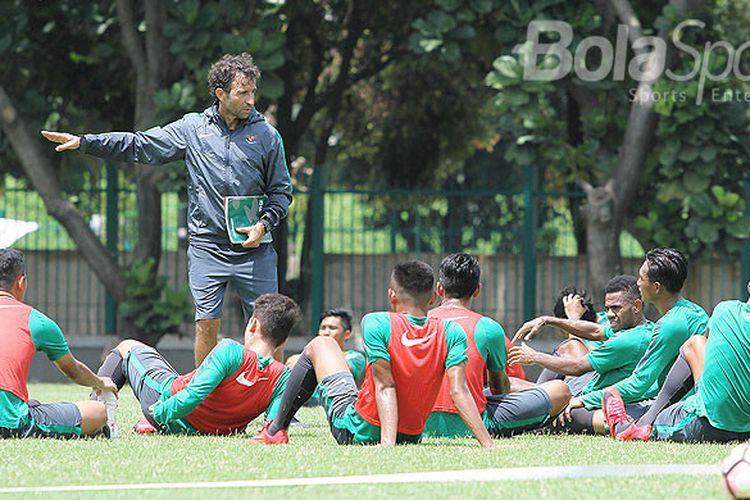 Pelatih timnas Indonesia U-23, Luis Milla, memberikan instruksi saat memimpin jalannya pemusatan latihan di Lapangan ABC Senayan, Jakarta, Selasa (20/2/2018). Pemusatan latihan ini dilakukan jelang Asian Games 2018.