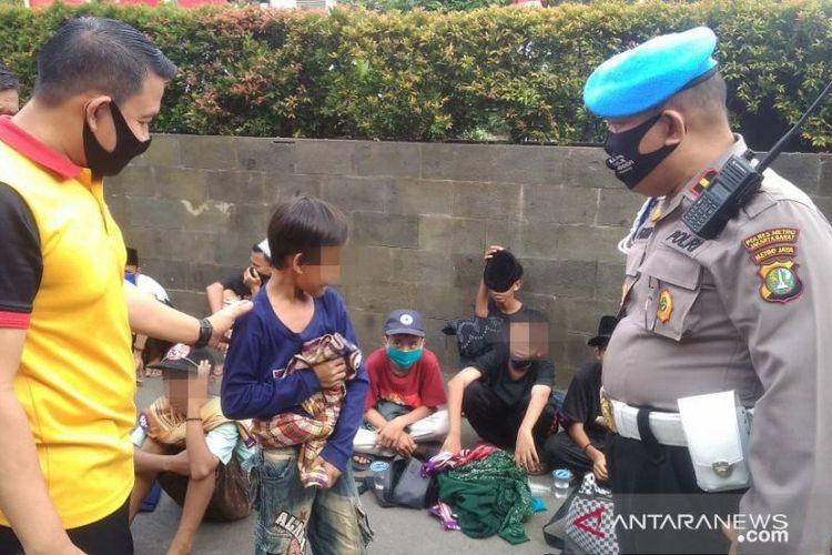 Anak-anak yang terlantar saat akan mengikuti demo di Gedung DPR diamankan di Mapolres Metro Jakarta Barat, Rabu (24/6/2020).