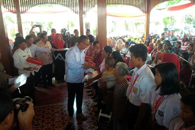 Mensos, Agus Gumiwang Kartasasmita menyerahkan bantuan BPNT secara simbolis kepada KPM di Kecamatan Jebres, Solo, Jawa Tengah, Kamis (13/9/2018).