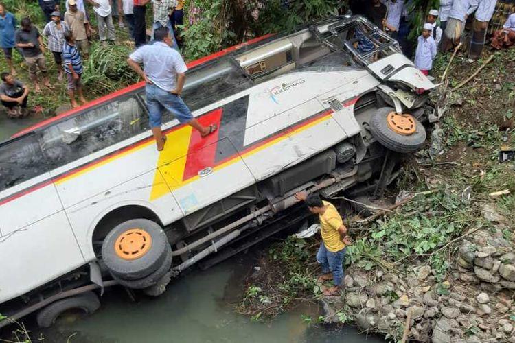Kondisi bus yang mengangkut rombongan ASN Pemkab Agam, Sumatera Barat mengalami kecelakaan di Kabupaten Mandailing Natal, Sumatera Utara, Senin (8/2/2021). Sedikitnya, 2 orang dinyatakan meninggal dunia dan belasan lainnya masih mendapat perawatan di rumah sakit setempat.