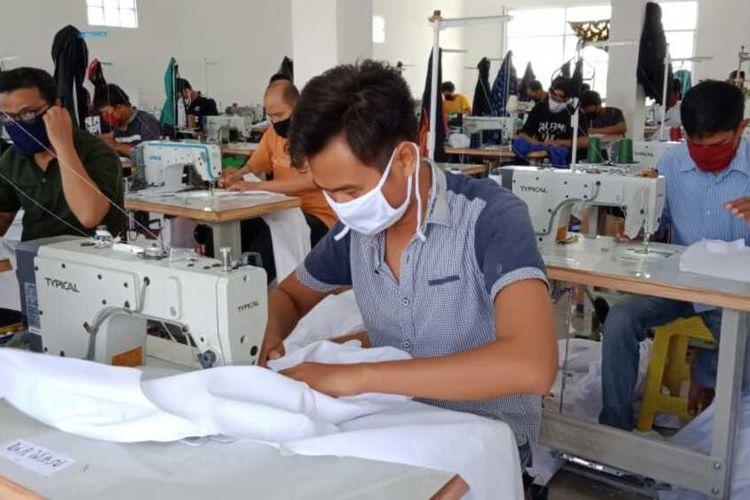 Aninditia Santoso selaku pemilik UMKM Pelangi Hijab, bersama sejumlah karyawan membuat APD bagi tenaga medis di pabrik konfeksi miliknya, Kampung Cibereum RT01/01, Desa Sinarsari, Kecamatan Dramaga, Kabupaten Bogor, Jawa Barat, Kamis (2/4/2020).