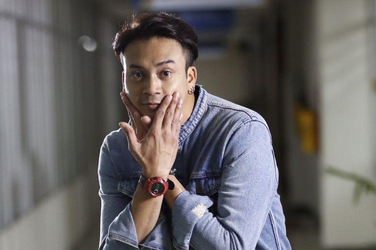 Pemain film One Fine Day, Dimaz Andrean berpose saat mengunjungi kantor redaksi Kompas.com, Jakarta, Kamis (24/8/2017). Film yang disutradarai oleh Asep Kusdinar ini akan tayang Oktober 2017.