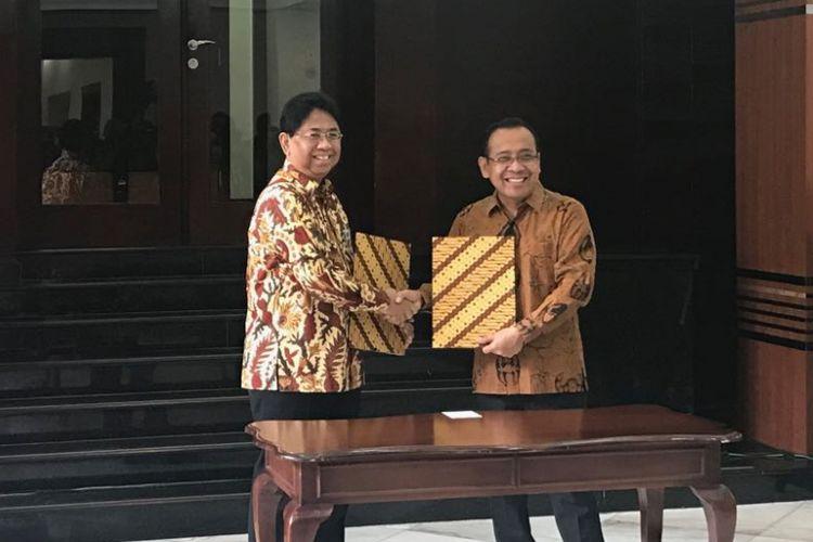 Mensesneg Pratikno dan Kepala ANRI Mustari Irawan saat acara penyerahan 3.914 arsip di Kemensetneg, Senin (29/1/2018).