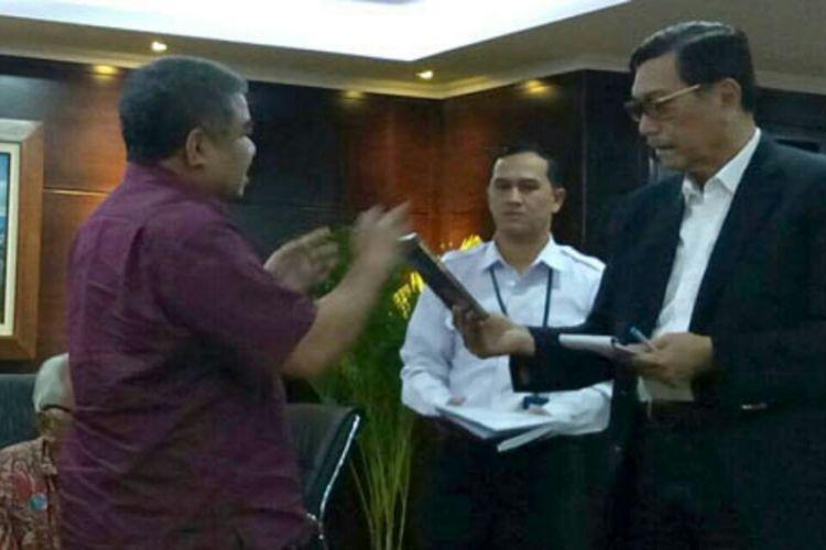 Ketua Tim Advokasi Rakyat Korban Montara Ferdi Tanoni, saat bertemu dengan Menteri Koordinator Bidang Kemaritiman RI Luhut Binsar Pandjaitan