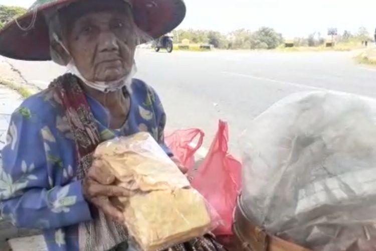 MBAH RIYEM—Mbah Riyem menunjukkan kerupuk lempeng jualannya saat ditemui di Jalanan Prambanan Kota Madiunpekan lalu.