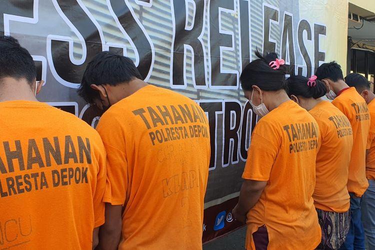 Polres Metro Depok mencokok enam tersangka yang diduga terlibat dalam jaringan pembuat surat keterangan swab antigen palsu pada Selasa (27/7/2021).