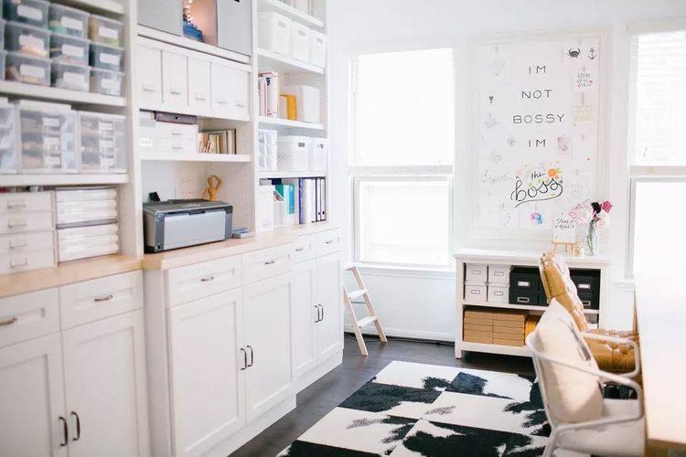 Ruang kerja dengan instalasi rak penyimpanan karya Caroline Cressey of Rookery Design