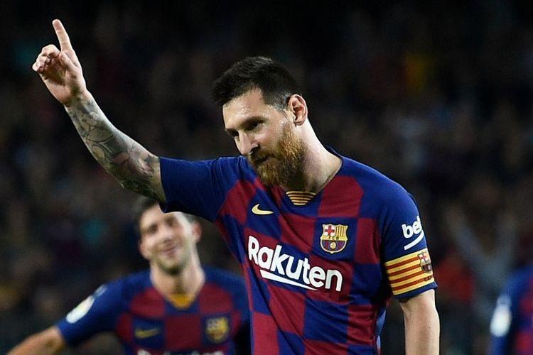 Penyerang Barcelona, Lionel Messi, merayakan gol tendangan bebasnya ke gawang Sevilla pada lanjutan laga Liga Spanyol, di Stadion Camp Nou, Minggu (6/10/2019).
