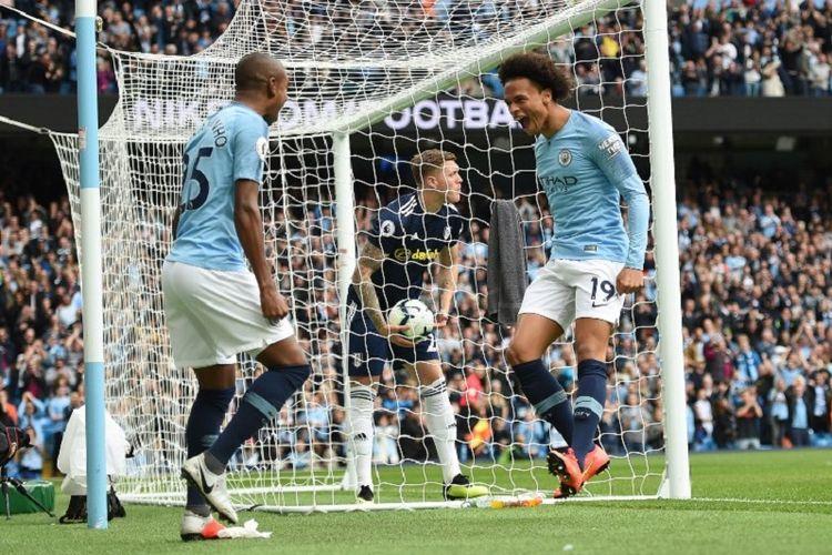 Leroy Sane merayakan gol bersama Fernandinho pada laga Manchester City vs Fulham dalam lanjutan pertandingan pekan ke-5 Premier League di Stadion Etihad, 15 September 2018.