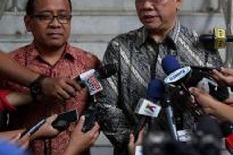 Menteri Sekretaris Negara Pratikno mendampingi Ketua Umum Partai Golkar (PG) Versi Munas Ancol Agung Laksono menjawab pertanyaan wartawan usai bertemu dengan Presiden Joko widodo di Istana Merdeka, Jakarta,  Senin (11/1/2016). Secara berurutan presiden juga menerima Ketua Umum PG Versi Munas Bali Aburizal Bakrie. Kedua pertemuan itu untuk mencari solusi konflik di tubuh PG.