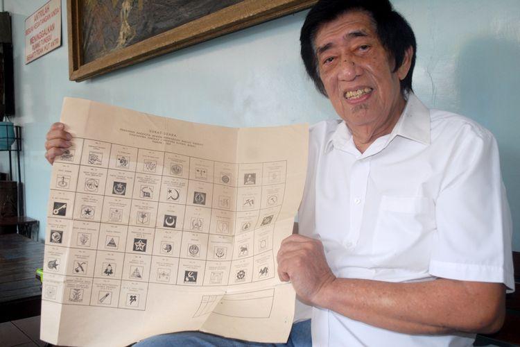Suhendro Sastrowiwoho (72) menunjukkan salah satu koleksi surat suara pemilu saat ditemui di kediamannya di jalan Tanjung, Desa Kramat, Kota Kudus, Jawa Tengah, Selasa (23/4/2019) sore.