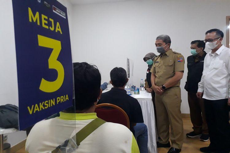 Wakil Wali Kota Bogor Dedie Rachim saat meninjau pelaksanaan vaksinasi Covid-19 terhadap para karyawan dan pegawai retail di Mal Lipo Plaza Ekalokasari, Senin (29/3/2021).