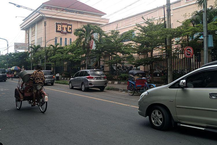 Mobil parkir di atas perlintasan kereta api di Solo, Jawa Tengah.