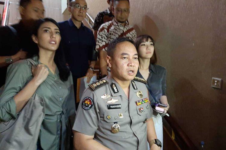 Kabid Humas Polda Jatim Kombes Trunoyudo Wisnu Andiko (tengah)