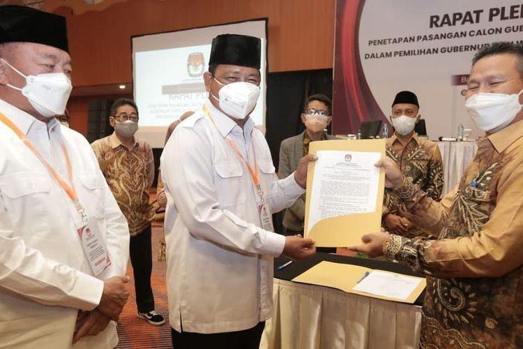 Sahbirin Noor-Muhiddin menerima berkas penetapan dari KPU Kalsel dalam rapat pleno penetapan Gubernur dan Wakil Gubernur Kalsel terpilih, Rabu (4/8/2021).