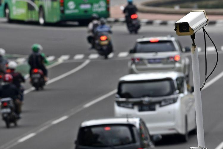 Kamera pengawas atau 'closed circuit television' (CCTV) terpasang di Jalan MH Thamrin, Jakarta, Kamis (23/1/2020). Direktorat Lalu Lintas Polda Metro Jaya akan menerapkan tilang elektronik atau 'electronic traffic law enforcement' (ETLE) untuk pengendara sepeda motor di sepanjang Jalan Sudirman - MH Thamrin dan jalur koridor 6 Trans-Jakarta Ragunan-Dukuh Atas mulai awal Februari 2020. ANTARA FOTO/Aditya Pradana Putra/wsj.   *** Local Caption ***