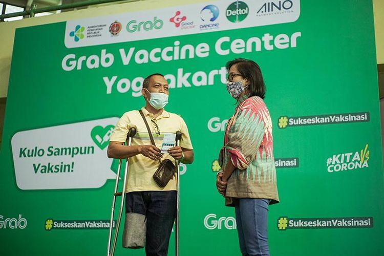 Neneng Goenadi, Country Managing Director Grab Indonesia (kanan) saat menyapa salah satu penerima vaksin dari kalangan disabilitas di Grab Vaccine Center DI Yogyakarta.