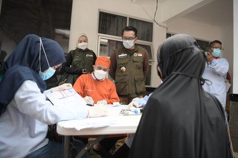 Sapa Warga Subang dan Purwakarta, Ridwan Kamil Bagikan Sembako dan Tinjau Vaksinasi