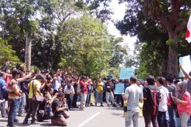 KOMPAS.com/ Mei Leandha -  Aksi solidaritas ratusan jurnalis Kota Medan di depan kantor Komando Operasi Angkatan Udara I Pangkalan TNI AU Soewondo, mereka memprotes penganiayaan yang dilakukan TNI AU, Selasa (16/8/2016)
