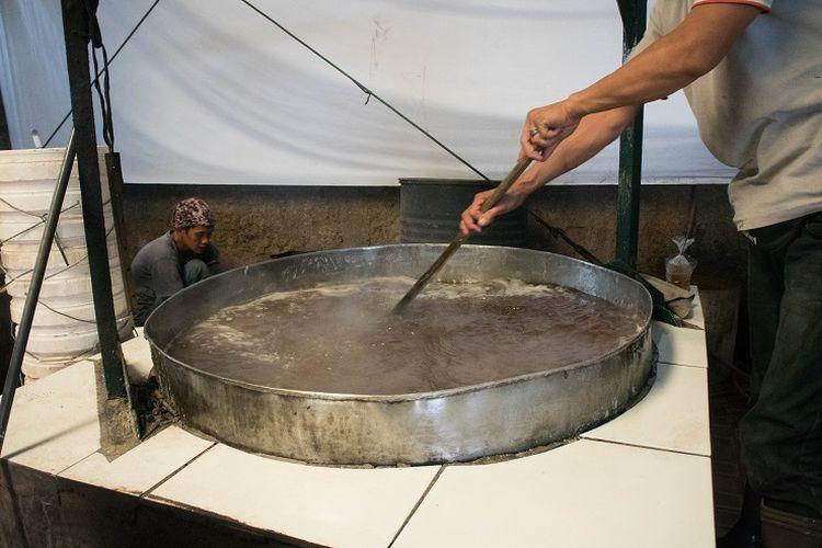 Gula dan air dicampur dengan takaran yang tepat sampai kental. Namun, pastikan hasil akhir tidak terlalu kental agar mudah untuk dicampur dengan tepung ketan, Sawangan, Depok, Selasa (14/1/2020).