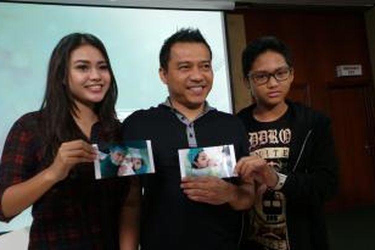 Anang Hermansyah bersama kedua anaknya, Aurelia Nurhermansyah dan Azriel Akbar Hermansyah menunjukkan foto-foto bayi mungil yang dilahirkan Ashanty Siddik, dalam jumpa pers di Rumah Sakit Pondok Indah, Jakarta Selatan, Minggu (14/12/2014).