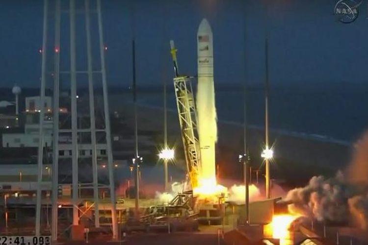Roket Antares yang mengangkut pesawat antariksa kargo tanpa awak, Cygnus, beberapa saat setelah peluncuran dan sebelum meledak, di Virginia, Amerika Serikat, Selasa (28/10/2014) waktu setempat atau Rabu (29/10/2014) dini hari WIB.
