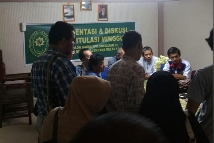 Jaksa Penuntut Umum melakukan mediasi dengan pihak keluarga korban usai vonis yang dijatuhkan hakim terhadap terdakwa FR (16) di Pengadilan Negeri Klas 1 Palembang, Selasa (11/12/2018). Terdakwa divonis 10 tahun penjara karena terbukti melakukan pembunuhan terhadap Sofyan (45) sopir taksi online.