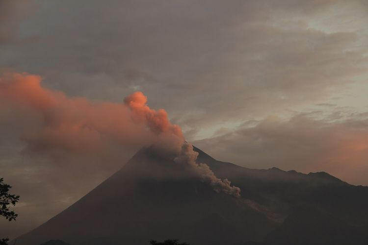 Gunung Merapi menyemburkan awan panas terlihat dari Sleman, DI Yogyakarta, Sabtu (2/3/2019). Balai Penyelidikan dan Pengembangan Teknologi Kebencanaan Geologi menyatakan pada Sabtu 2 Maret 2019, Gunung Merapi tercatat mengeluarkan sembilan kali awan panas dengan jarak luncur maksimum dua Km ke arah Kali Gendol, sementara itu status gunung tersebut masih dalam level II atau waspada. ANTARA FOTO/Ranto Kresek/sgd/pd.