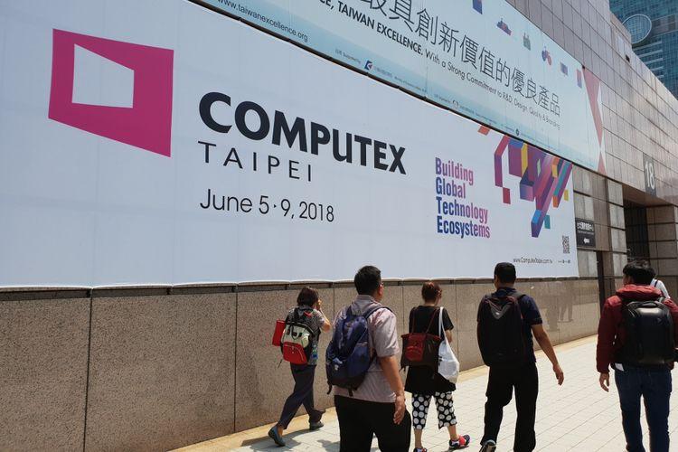 Banner di depan gedung tempat digelarnya ajang Computex 2018