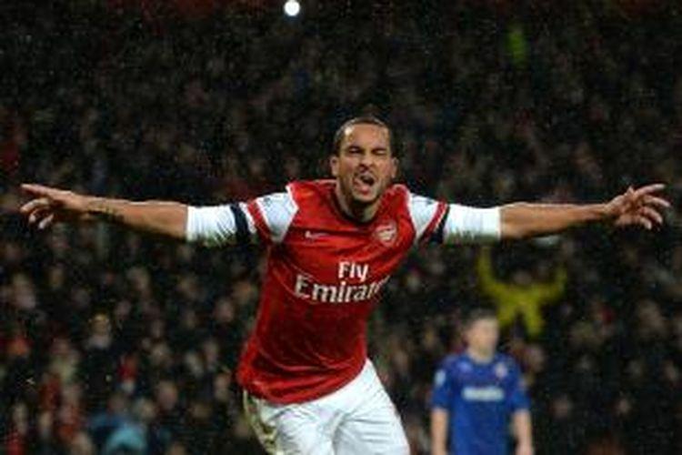Pemain sayap Arsenal Theo Walcott merayakan golnya ke gawang Cardiff City, pada laga Premier League, di Emirates, Rabu (1/1/2014).