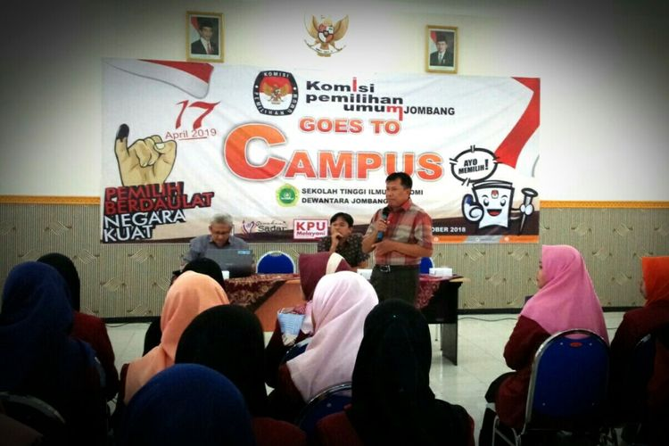 Anggota KPU Jombang, Moch. Fatoni (berdiri), saat sosialisasi Pemilu 2019 di kampus STIE PGRI Dewantara Jombang, Selasa (30/10/2018).