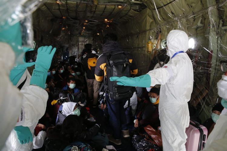 Proses evakuasi WNI dari Wuhan, Hubei, China, menggunakan Batik Air ke Natuna melalui Batam, Minggu (2/2/2020). Foto: Dok Kemenlu via KompasTV