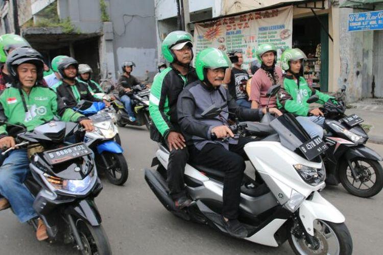 Calon wakil gubernur DKI Jakarta nomor pemilihan tiga Djarot Saiful Hidayat berkonvoi naik sepeda motor dengan para pengemudi ojek, Jumat (7/4/2017).