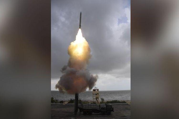Sebuah rudal yang berisi torpedo yang lepas landas dari peluncur yang dipasang di truk di Pulau Wheeler India pada Senin dalam sebuah foto dari Kementerian Pertahanan India.