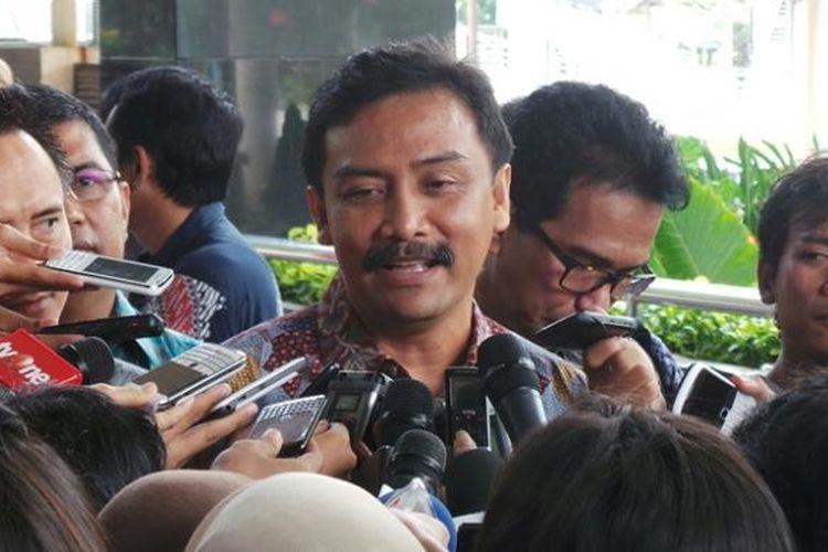 Mantan Menteri Pemuda dan Olahraga Andi Mallarangeng memenuhi panggilan pemeriksaan Komisi Pemberantasan Korupsi, Kamis (17/10/2013).